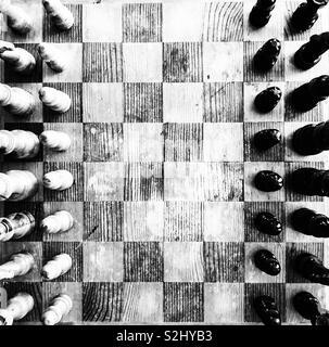 Vecchio e rustico di scacchi in legno gioco di bordo da sopra vista in bianco e nero