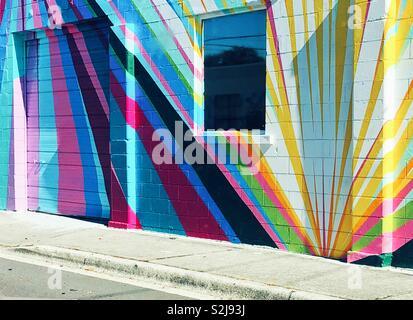 Colorato striata murale su mattone antico edificio nel centro di San Pietroburgo, Florida Foto Stock
