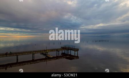 Molo di Mayday al tramonto sulla Mobile Bay nel mese di gennaio 2021 Foto Stock