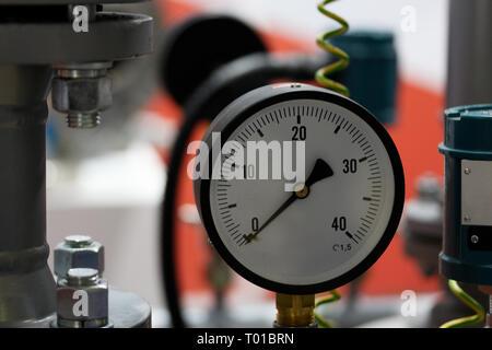Vista ingrandita di un manometro misuratore. Messa a fuoco selettiva. Foto Stock