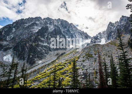 Dragontail Peak e il boulder / astragalo campo Colchuck sopra il lago coperto in un autunno neve, Washington Cascades, STATI UNITI D'AMERICA. Foto Stock