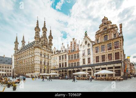 Vista panoramica del centro storico della città di Leuven in una bella giornata di sole con cielo blu e nuvole, la regione delle Fiandre, in Belgio Foto Stock