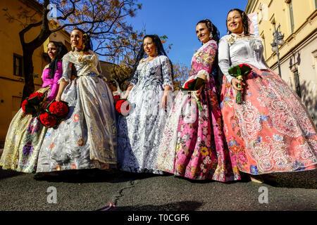 Valencia Fallas, donne in festa costumi folkloristici in processione per la Vergine Maria con fiori a suo onore, Spagna Foto Stock