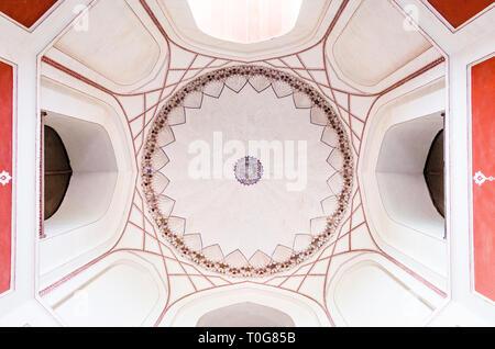 Worm occhio vista del soffitto del sacrario principale in la tomba di Humayun nel Dehli, India, con geometrica arabo pattern. Foto Stock