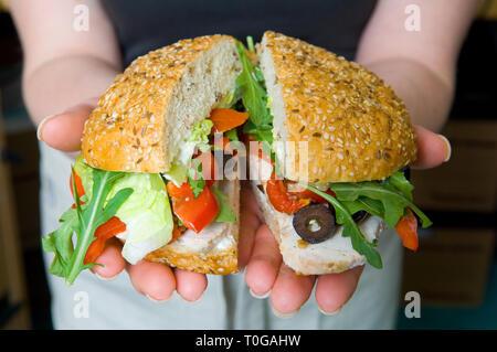 Un delizioso sandwich, rullo, con un sacco di ingredienti freschi, riempimenti. Foto Stock