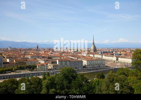 Città di Torino vista panoramica, Mole Antonelliana tower e il fiume Po in una soleggiata giornata estiva in Italia