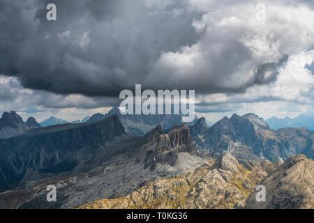 Vista dal Rifugio Lagazuoi (2752 m) al monte Averau e la Croda Negra, Dolomiti, Italia