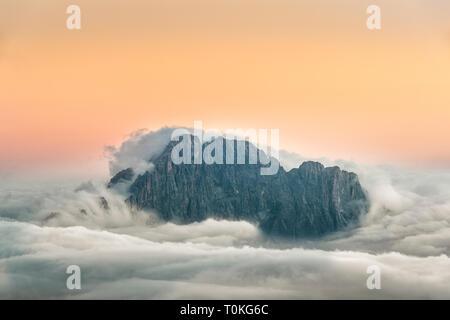 Vista dal Rifugio Lagazuoi (2752 m) al comprensorio sciistico del Civetta e Dolomiti, Cortina d'Ampezzo, Italia