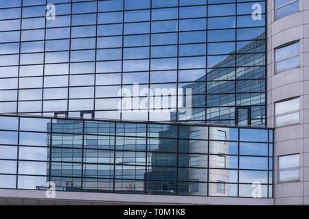 Riflessioni nel palazzo di vetro, architettura moderna, edificio esterno Foto Stock