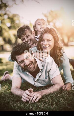 Ritratto di famiglia felice giocando in posizione di parcheggio Foto Stock