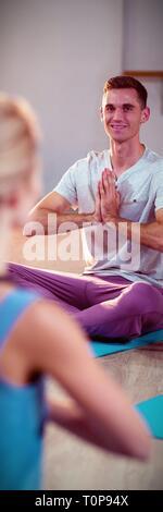 Assunzione di istruttore yoga classe Foto Stock