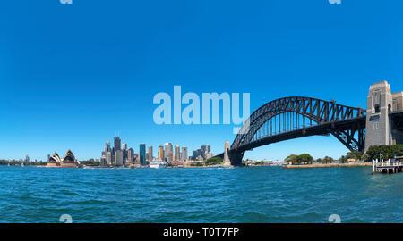 Vista panoramica del Sydney Harbour Bridge, Opera House di Sydney e il quartiere centrale degli affari skyline da Kirribilli, Sydney, Australia