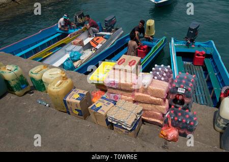 Barche colorate. occupato il prelievo di materiali di consumo dietro il mercato centrale. Essi stanno prendendo le forniture per le isole vicine. In Kota Kinabalu, Sabah Borneo. Foto Stock