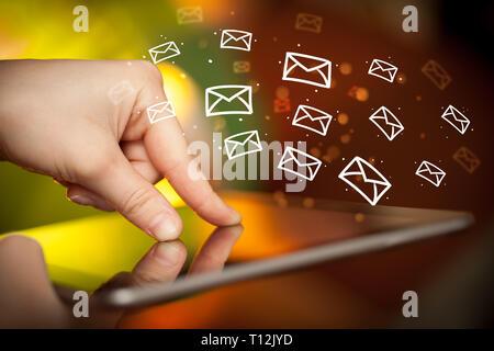Mano azienda tablet online con il concetto di comunicazione Foto Stock