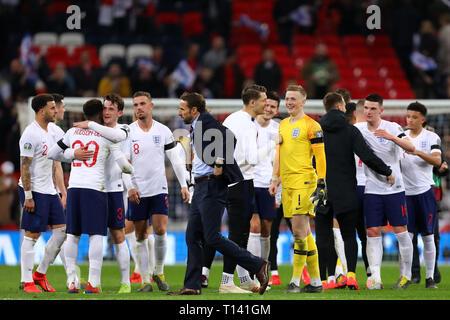 Manager di Inghilterra, Gareth Southgate lascia il passo dopo essersi congratulato con i suoi giocatori sul loro 5-0 win - Inghilterra v Repubblica Ceca, UEFA EURO 2020 Qualifier - Gruppo A, lo Stadio di Wembley, Londra - XXII Marzo 2019 solo uso editoriale