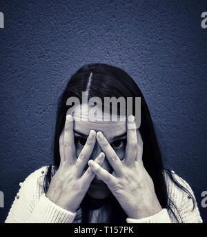 Ritratto monocromatica di una sonnolenta adolescente che copre il volto Foto Stock