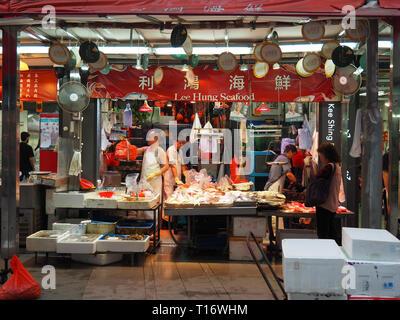 Central, Hong Kong - 4 Novembre 2017: Immagine di un negozio che vende i frutti di mare nei pressi di Gage street. Foto Stock