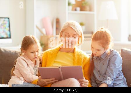 Nonna Libro di lettura Foto Stock