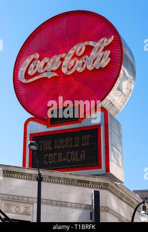 Illuminato segno Coca-Cola nel centro di Atlanta, Georgia, sedi nel mondo di Coca Cola. (USA) Foto Stock