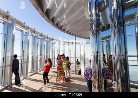 I turisti per scattare delle foto in alto la piattaforma di osservazione dell'edificio più alto in tutto il mondo,Burj Khalifa a Dubai, Emirati arabi uniti Foto Stock