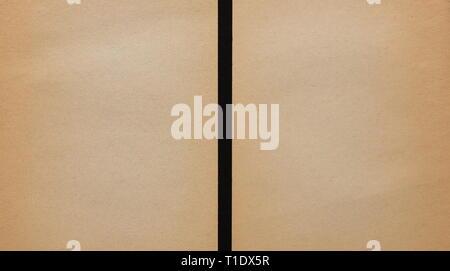 Carta marrone fogli isolati su sfondo nero Foto Stock