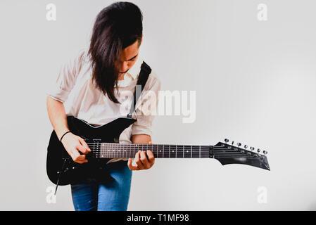 Giovane chitarrista isolati su sfondo bianco. Foto Stock