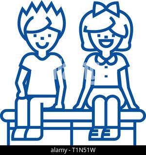 Felici i bambini seduti sulla icona linea concept. Felici i bambini seduti sul piatto simbolo del vettore, segno, illustrazione di contorno.