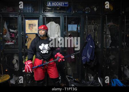 Frida Cárdenas Castro, 20, uno dei in avanti della Selección femenil de México de hockey sobre hielo viene cambiato in spogliatoio prima di una sessione di formazione presso il San Jerónimo pista di pattinaggio su ghiaccio a Città del Messico il 13 novembre 2018. Il team ha corsi ogni martedì e giovedì dalle 22.30 a mezzanotte. Venti cinque donne e ragazze di età compresa fra i 16 e i 34 treno per essere elaborato in 19 - forte squadra che andrà all'IIHF 2019 Donne del Campionato del Mondo Divisione II in Scozia nel mese di aprile 2019. Frida vive con la sua famiglia in Doctores, una classe operaia quartiere di Città del Messico. Ella è