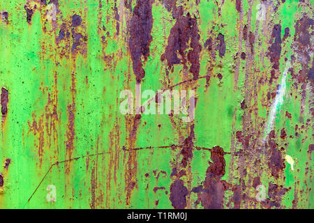 Dettaglio del dipinto di verde, vecchio, metallo arrugginito porte. Grunge texture verde di metallo arrugginito con Foto Stock