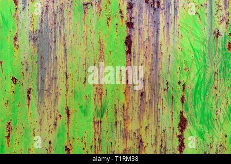 Dettaglio del dipinto di verde, vecchio, metallo arrugginito porte. Grunge texture di metallo arrugginito con graffi Foto Stock