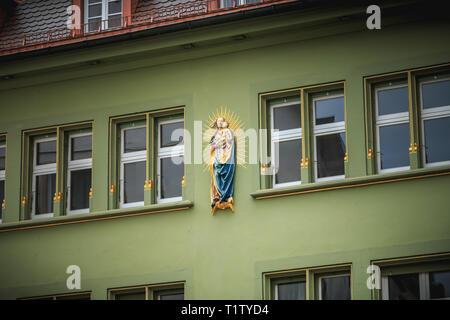 Freiburg im Breisgau, Germania - 31 dicembre 2017: dettagli di edifici con architettura tipica del centro storico della città in un giorno di inverno Foto Stock