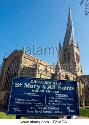 St Marys e Chiesa di tutti i santi a Chesterfield è la più grande chiesa del Derbyshire. Famoso per la sua guglia storta. Foto Stock