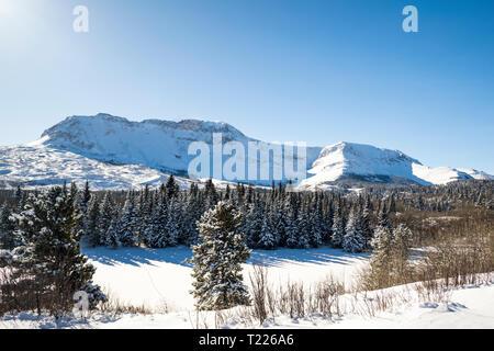 Divano di montagna e di stagno in inverno Foto Stock