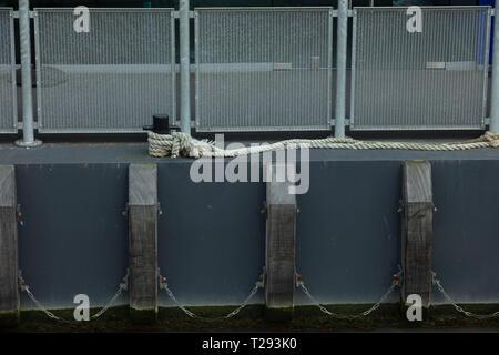 Parte di una barca ancorata sul Victoria Embankment nel lato del fiume Thames, London, Regno Unito Foto Stock