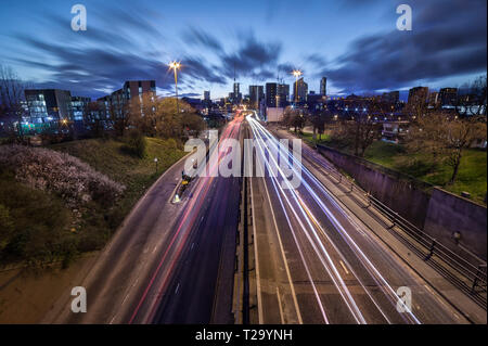 Leeds City skyline con luce sentieri che portano a. Foto Stock