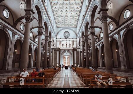 Firenze, Italia - 24 Giugno 2018: vista panoramica dell'interno della Basilica di San Lorenzo (Basilica di San Lorenzo è una delle più grandi chiese di Flo Foto Stock