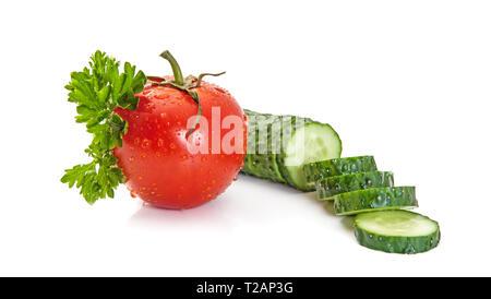 Insalata di isolato di ingredienti. Ortaggi freschi (pomodoro e cetriolo pezzi) e prezzemolo isolati su sfondo bianco Foto Stock