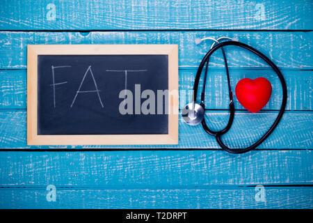 Concetto di salute che mostra un cuore e uno stetoscopio con una lavagna grasso di lettura Foto Stock