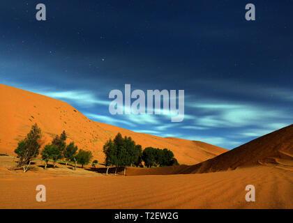 Belle le nuvole e stelle oltre le dune di sabbia del deserto del Sahara in Marocco. Foto Stock