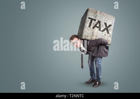 Imprenditore flessione sotto una pietra pesante con la parola imposta stampati su di essa Foto Stock