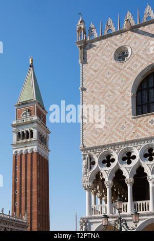 Biblioteca Nazionale di San Marco, il campanile della torre campanaria e Palazzo Ducale, Piazza San Marco, la zona di San Marco, Venezia, Italia Foto Stock