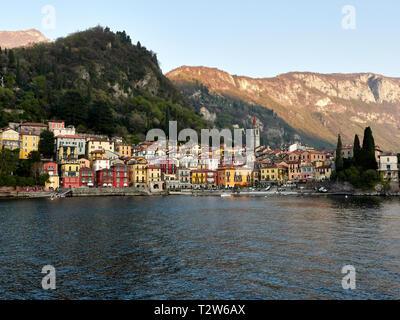 Varenna Italia Lago di Como. Vista del paesaggio di Varenna città dal traghetto Bellagio Varenna corso. Varenna sul lago di Como è una popolare destinazione turistica.