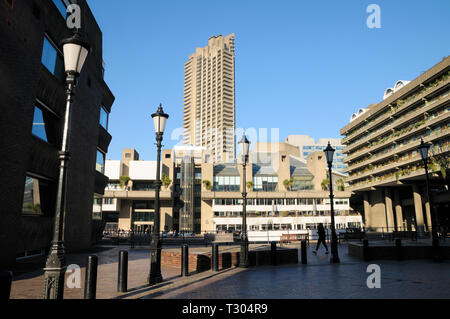 Il Barbican Centre e Cromwell Tower al Barbican station wagon, City of London, England, Regno Unito Foto Stock