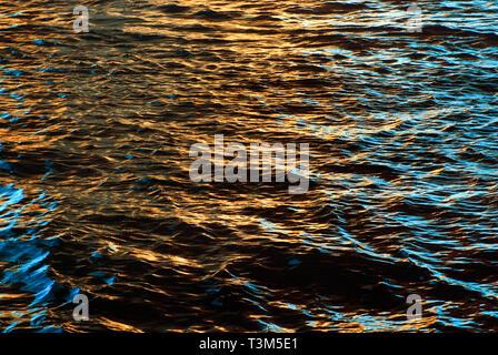 Il sole tramonta sull'acqua, rendendo golden ripples, nov. 12, 2009, in Orange Beach, Alabama.