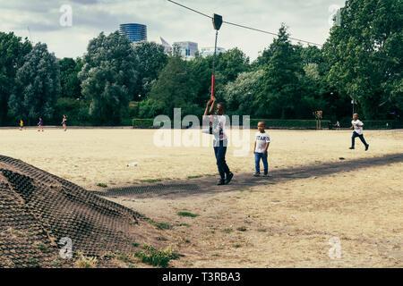 London, Regno Unito - Luglio 23, 2018: bambini che giocano nel parco giochi del Millwall Park, Isle of Dogs, London, Regno Unito Foto Stock