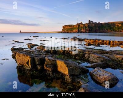 Inghilterra, Tyne and Wear, Tynemouth. Morbida luce del mattino poco dopo l'alba al King Edward's Bay di Tynemouth Tymouth con il Priorato di distanza. Foto Stock