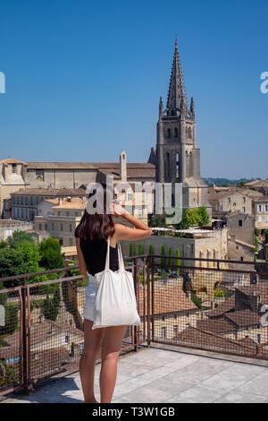 Una giovane donna guarda fuori dal Tour du Roi (Re della torre) in St Emillion nella regione di Bordeaux in Francia. Foto Stock