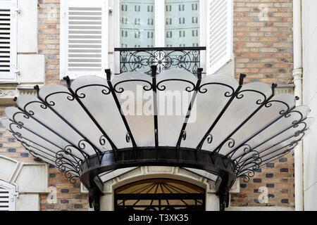 Parigi, Francia - Luglio 23, 2017: Art Nouveau con tettuccio in vetro nero e ferro battuto a Parigi, Francia Foto Stock