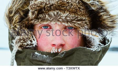 Persona in grigio e marrone camicia parka Foto Stock