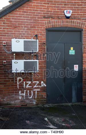 Dritto sulla immagine della parte posteriore del Pizza Hut locali a Salisbury, Wiltshire, Inghilterra, Regno Unito Foto Stock